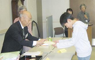 表彰する伊藤さん(左)