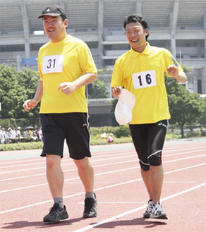 青空の下、運動を楽しむ参加者