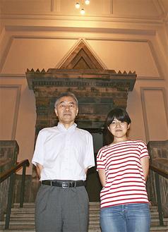 調査を行った平井部長(左)と林さん。大倉山記念館内のこの階段で映画「帝都物語」は撮影された