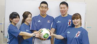 内堀選手(写真中央)、利根川俊介コーチ(右から2番目)をLiLiの3人が激励した
