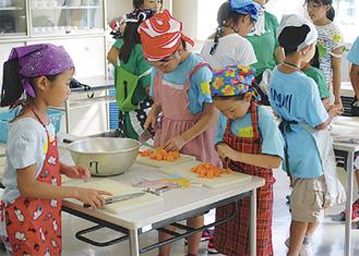 食材を切る児童たち