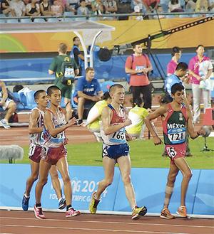 レース序盤先頭集団に食らいつく小野川君=左から2番目=