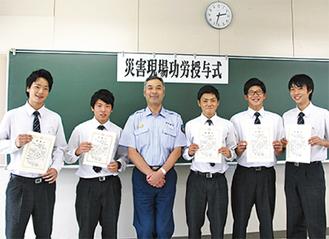 武笠署長(中央)と高校生5人