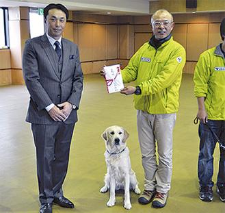 訪問した宮本慎也さん(左)