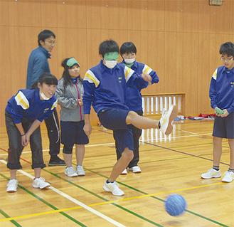 仲間たちの声を頼りにボールを蹴る生徒