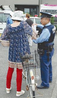 運転者に注意を呼びかける港北警察署員