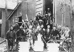 昭和初期の池田乳業。大勢の従業員と氷が写っている。