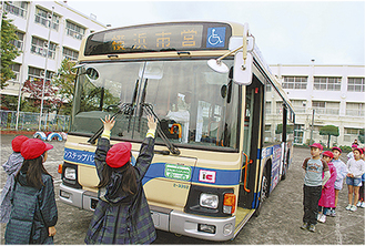 バスの死角に立つ児童たち