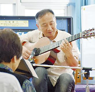 ギターを披露する濱乃さん