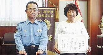 感謝状を手にする石澤さんと陶山署長