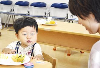 小松菜料理を食べてにっこり