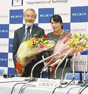 笑顔で会見に臨む大隅栄誉教授(左)と萬里子夫人