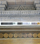 正面入り口にある連続螺旋文様(上)とロビーに設置される長椅子の円盤列