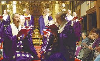 声明を披露する僧侶たち