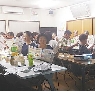 講座で資料読む参加者