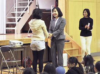 高田選手(左から2人目)に感謝の言葉を伝える児童