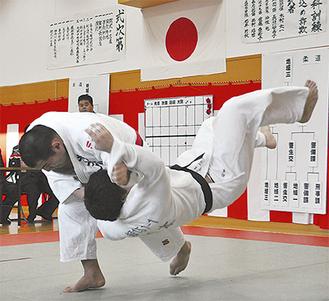 吉田秀州さんが技をかける