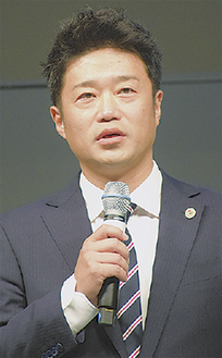 サポーターにあいさつする古川社長
