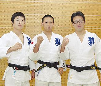 力強く目標を語った新井選手(左)と梅本選手(中)、右は高橋監督