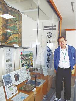 城のジオラマや資料などが展示される。右は山村館長