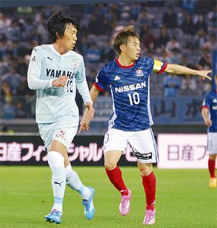 齋藤選手(右)と昨季までマリノスに在籍した中村選手