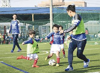 原田・吉尾選手とプレーする子どもたち