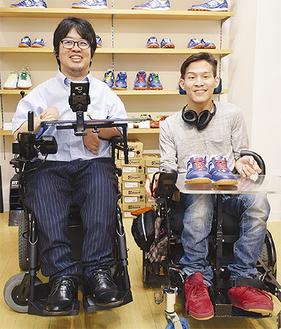 笑顔を見せる竹田選手(左)と三上選手