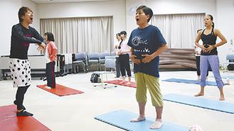 体操を参加者に指導するしもの氏(左)