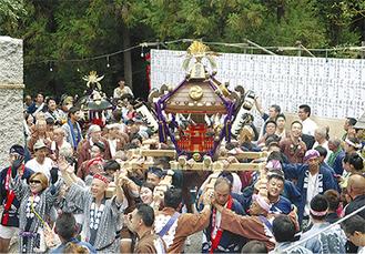 各町内会の神輿が宮入