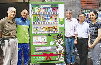 久光さん(左から2人目)と商店街役員ら
