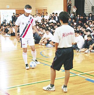 ブラインドサッカーの実技体験も行った
