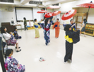 日本舞踊の稽古中
