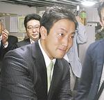初当選し支援者と握手する中谷一馬氏