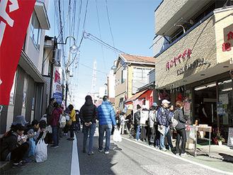 妙蓮寺と高田それぞれから歩いてきた人々で賑わう大曽根商店街