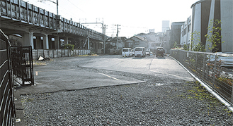 休日急患診療所(写真右)と隣接した同土地。南東側には東海道新幹線が走る