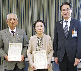 表彰を受けた、関会長(中央)と小口会長(左)