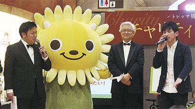 ボイスパーカッションを披露する当選者の岩田さん(右)