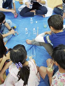 スライムの作り方に集中して聞き入る子どもたち