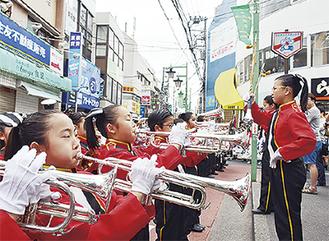 パレード中、駅前で演奏を行った菊名小マーチングバンド