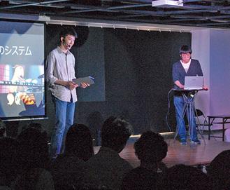 作品「オーテストラ」についてプレゼンテーションする宮嶋さん(左)、宮澤さん