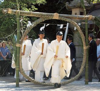 石川宮司に続き茅の輪をくぐる