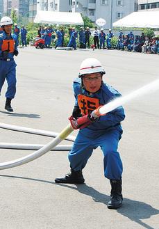 設置された「火点標的」に向け放水する消防団員