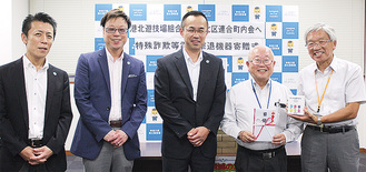 金丸組合長(真ん中)と小林会長(右から2番目)