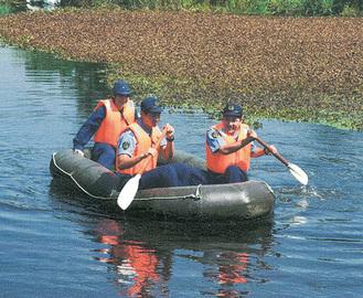 ゴムボートで救助訓練