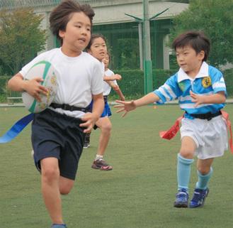 攻める児童(左)とタグを狙い守備をする児童