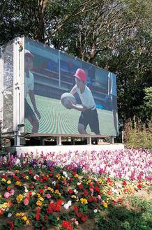 映像が投影されている横浜国際総合競技場の屋外大型ビジョン(東ゲート橋前)