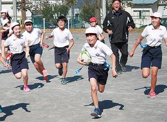 ボールを追い疾走する児童(右から2人目が今泉氏)