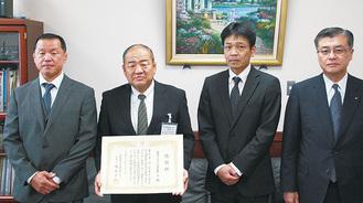 感謝状を受け取った加瀬部管理者(左から2人目)