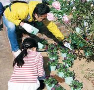 駅前公園で花植え