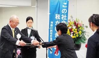 賞状を授与する石川会長